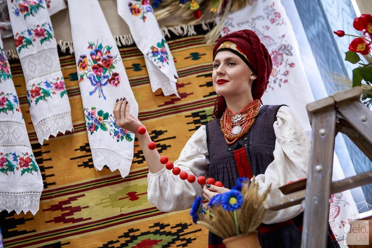 Показ традиционной украинской женской одежды
