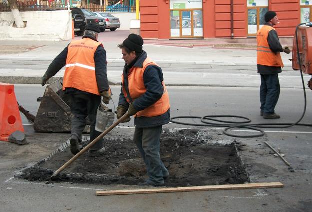 Ремонт дороги на ул. Дегтяревской: из-за ямы 1х1 метр перекрыли целую улицу