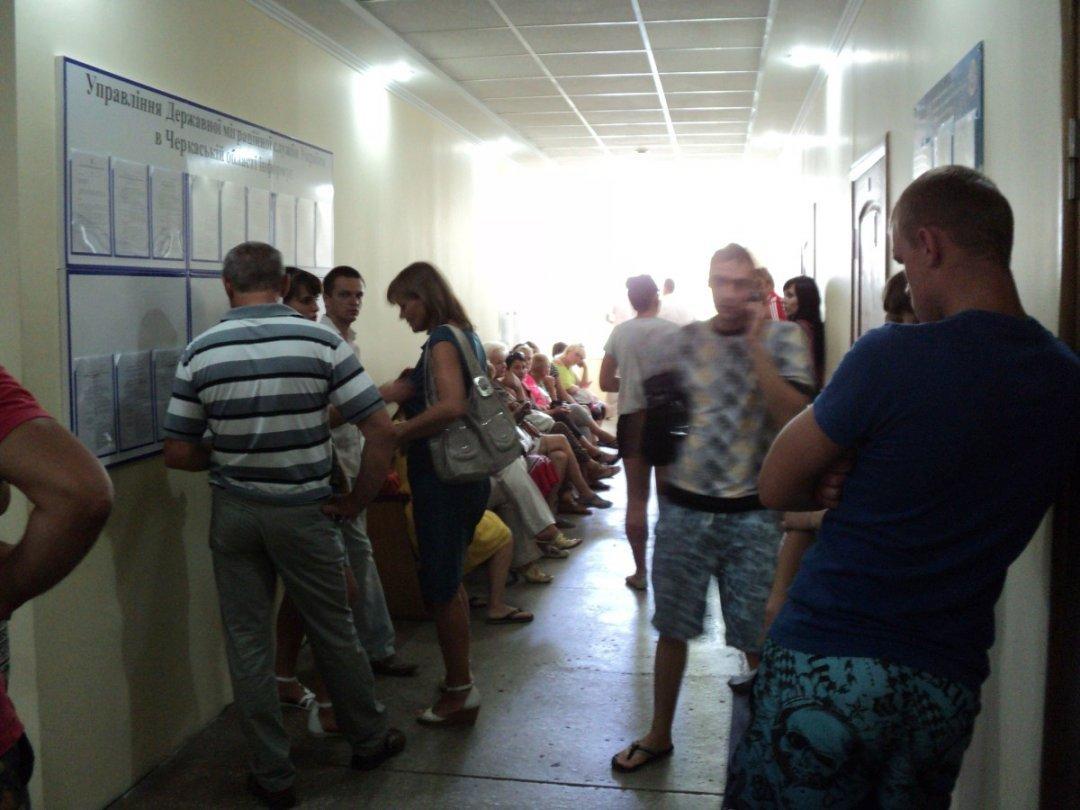 """В миграционной службе вместо украинцев в очереди """"будет стоять ..."""