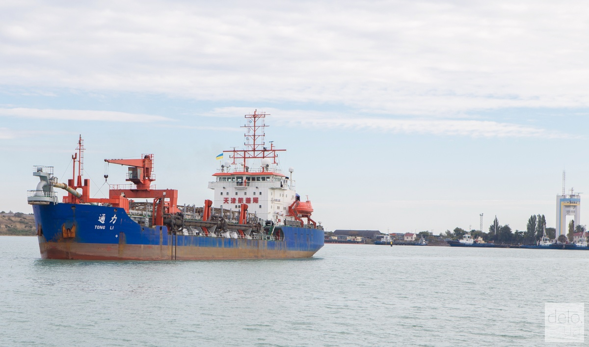 Китайское судно CHEC идет на задание. Фото: Эмма Солдатова