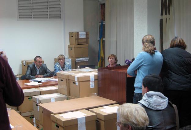223-й округ: комиссия завалена ящиками с документацией