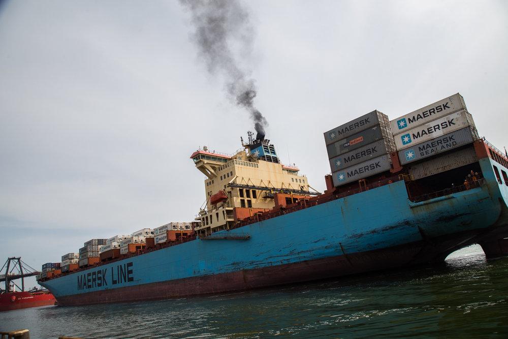 """Контейнеровоз Maersk заходит в порт """"Южный"""". Фото: Эмма Солдатова"""