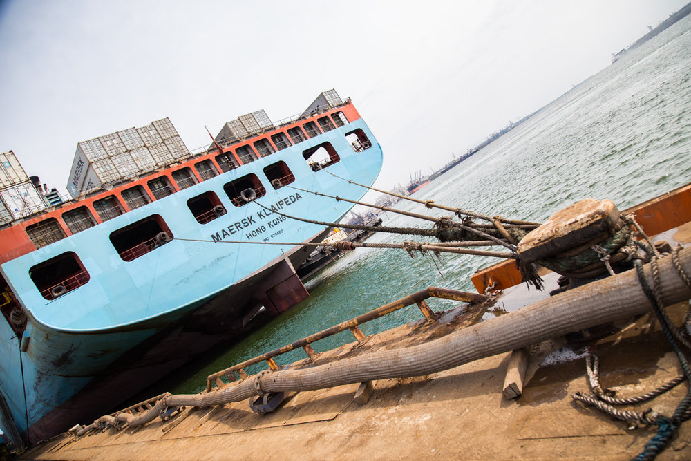 Тросами судно закрепили у причала. Фото: Эмма Солдатова