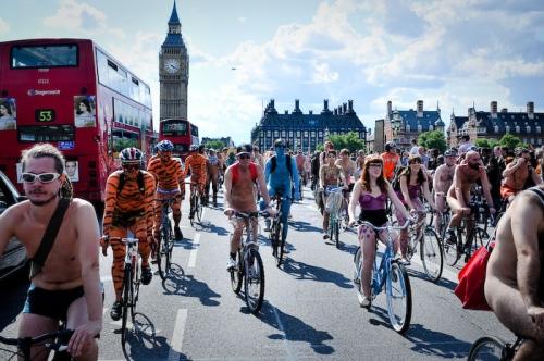 Тысячи голых велосипедистов в Лондоне боролись против авто и нефти   2868_7365_p0