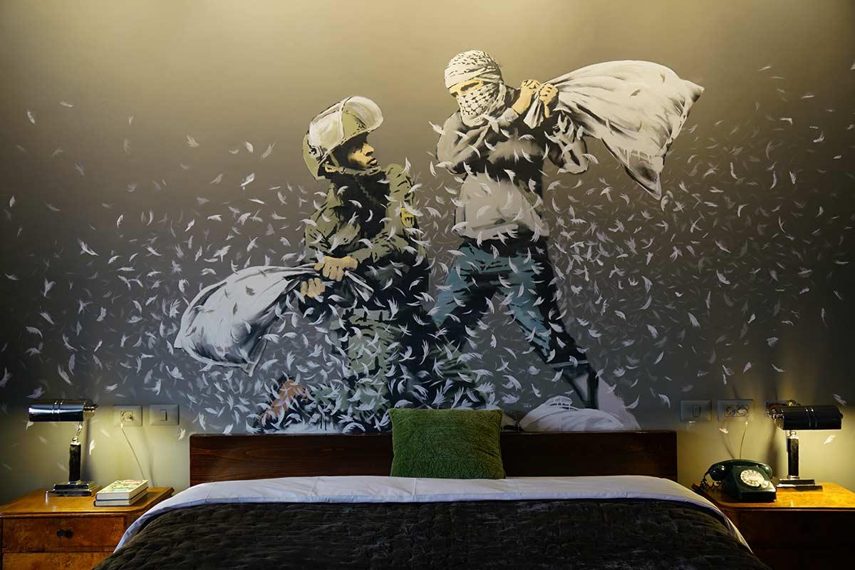 В отеле Walled-off Hotel предлагается жить с произведениями искусства. Фото с сайта banksy.co.uk