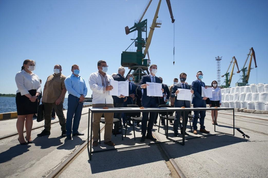 "Подписание соглашения о концессии порта ""Херсон"". Фото: Офис президента"