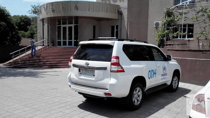 Репортаж из Мариуполя. Автомобиль ООН около гостиницы