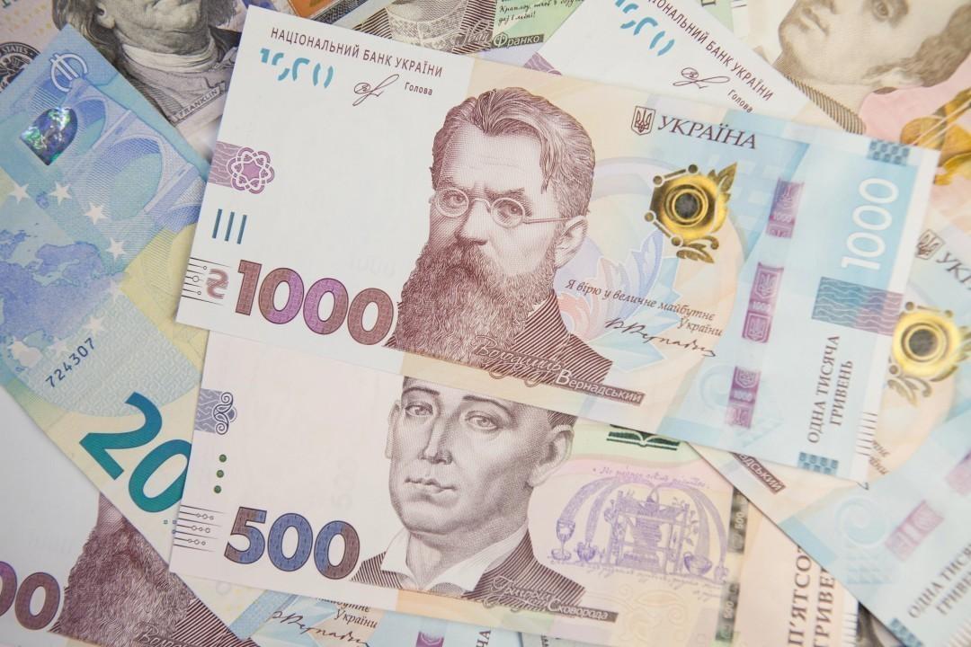 На межбанке курс гривни продолжает падать, на наличном рынке — растет