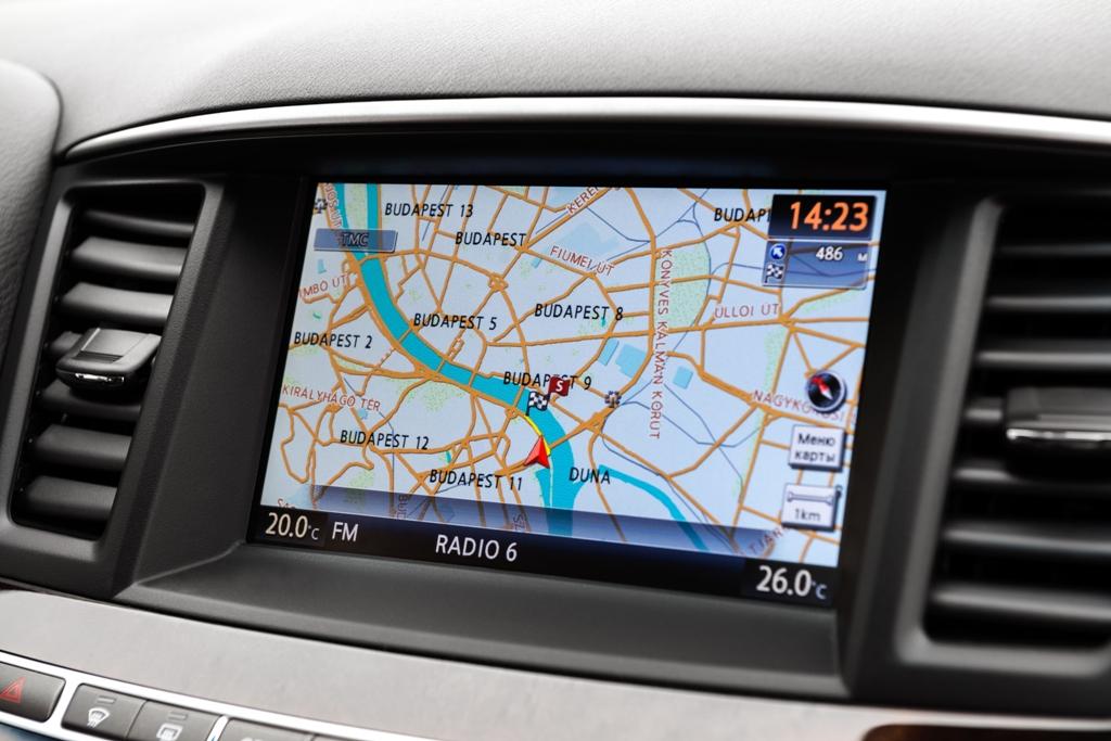Сенсорный экран в авто удобен, но с водительского места до него никак не дотянешься