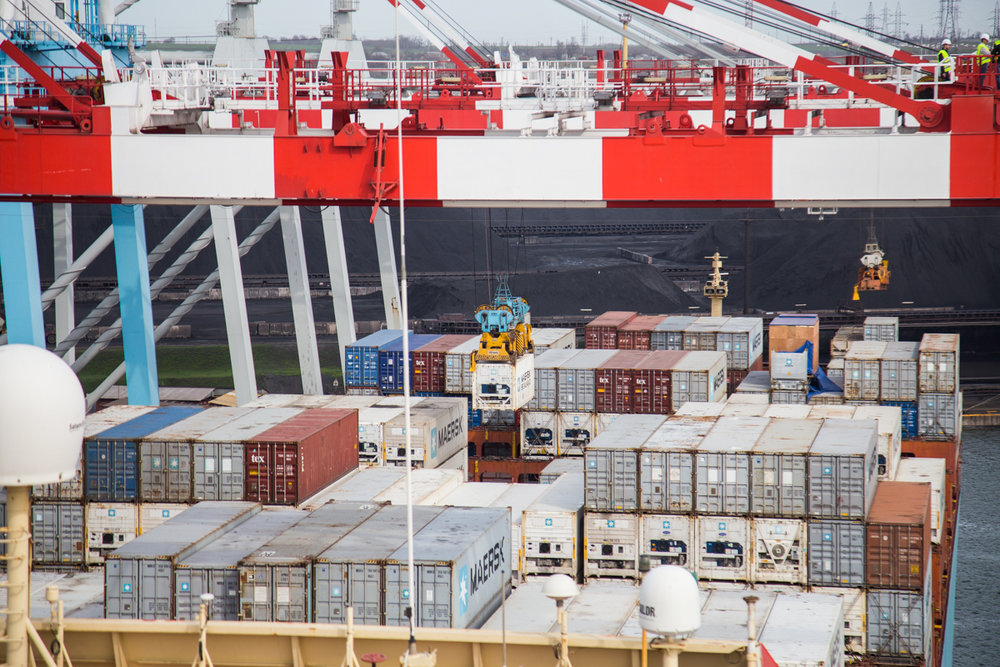 Кран разгружает контейнеровоз Maersk. Фото: Эмма Солдатова