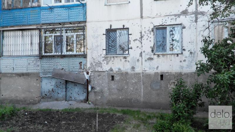 Репортаж из Мариуполя. Следы на стенах после обстрела Восточного в январе 2015