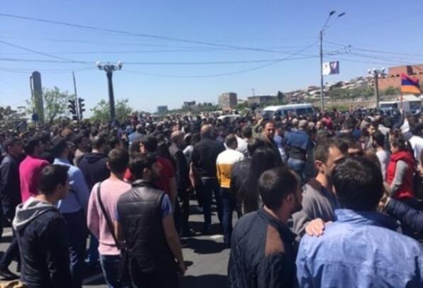 ВЕреване протестующие заблокировали здание правительства: полиция провела «зачистку»