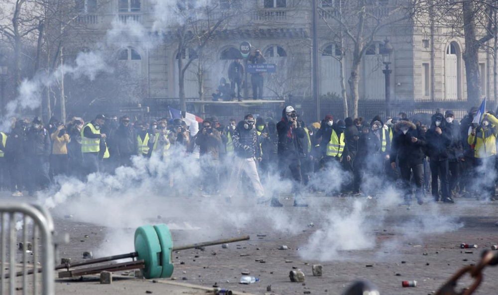 """После очередных протестов """"желтых жилетов"""" в Париже оценивают ущерб погромов"""