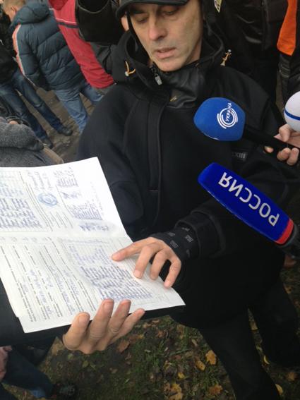 Член комиссии показывает протокол, в котором лидирует В.Пилипишин с отрывом в 100 голосов