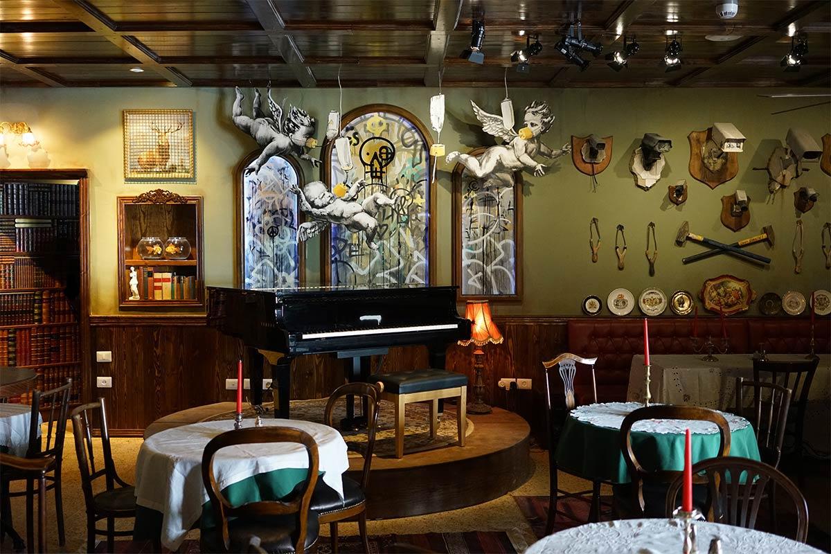 Пиано-бар в отеле Walled-off Hotel. Фото с сайта banksy.co.uk