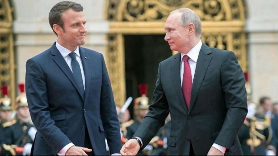 Макрон намерен убедить Путина прекратить ведение огня из-за коронавируса