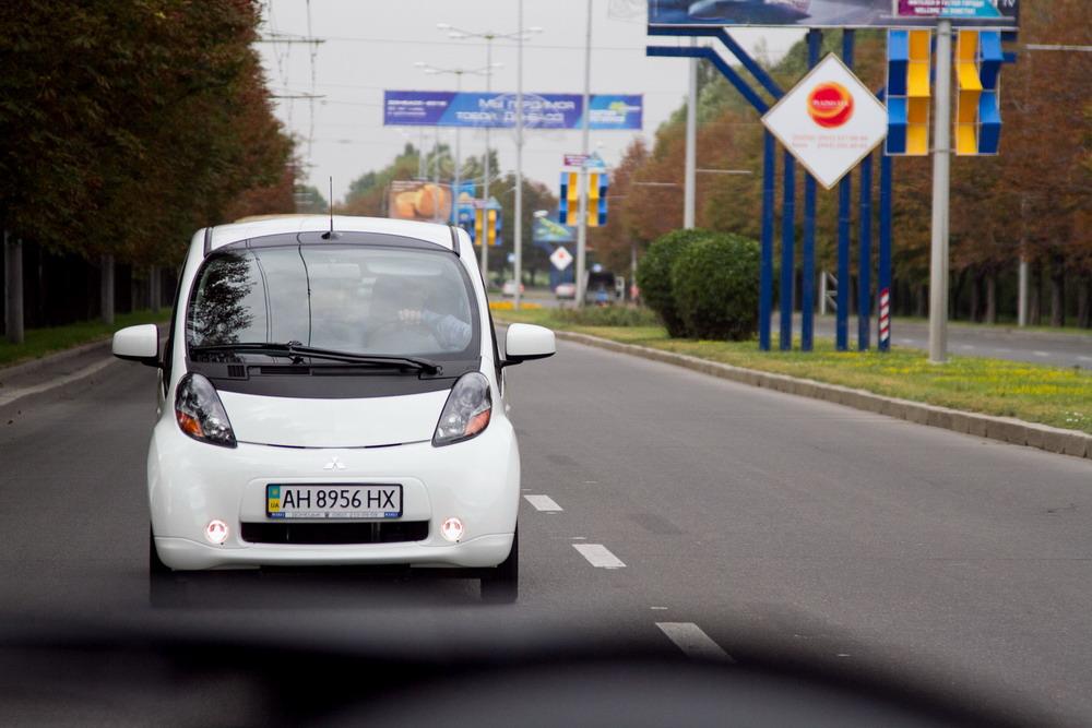 Электромобиль сразу становится главным героем на дороге