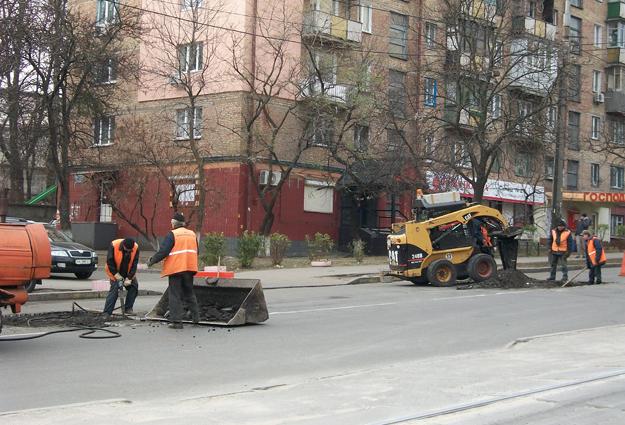 """""""Киевавтодоровцы"""" ремонтируют две ямы по ул. Дегтяревская"""