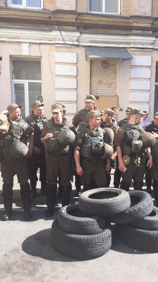 Бойцы добровольческих батальонов планируют установить палатки на Крещатике возле здания Печерского районного суда Киева