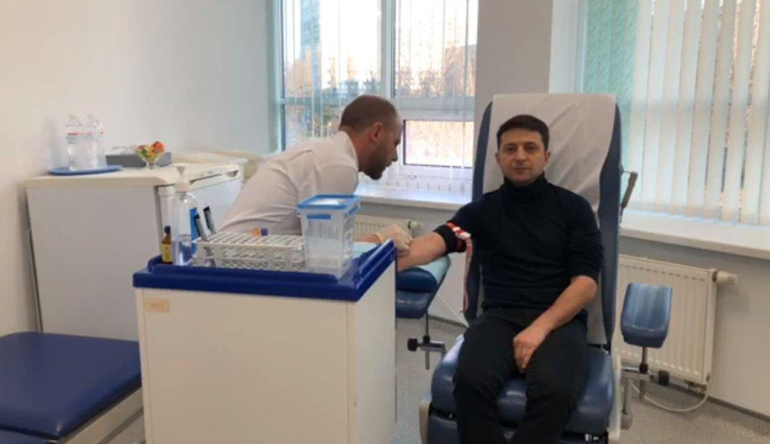 Зеленский сдал анализы перед дебатами с Порошенко