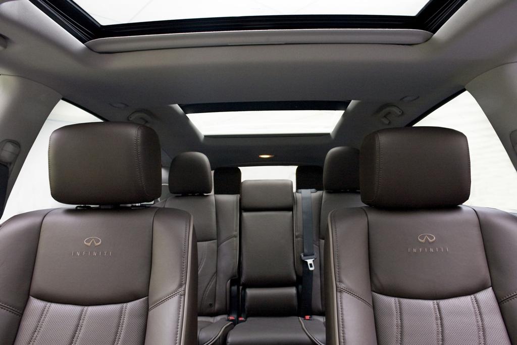 """В машине широченные кресла — дань удобству и """"особенностям"""" покупателей базового рынка"""