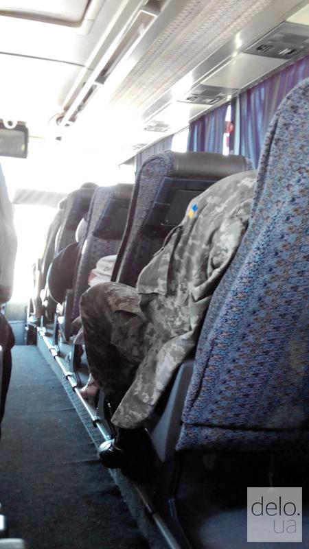 Репортаж из Мариуполя. Практически в каждом автобусе и поезде едут военные
