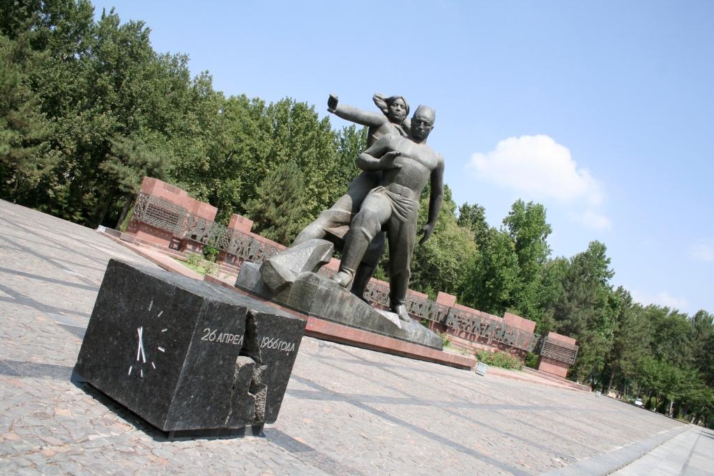 Памятник мужеству ташкентцев, переживших землетрясение 1966 года