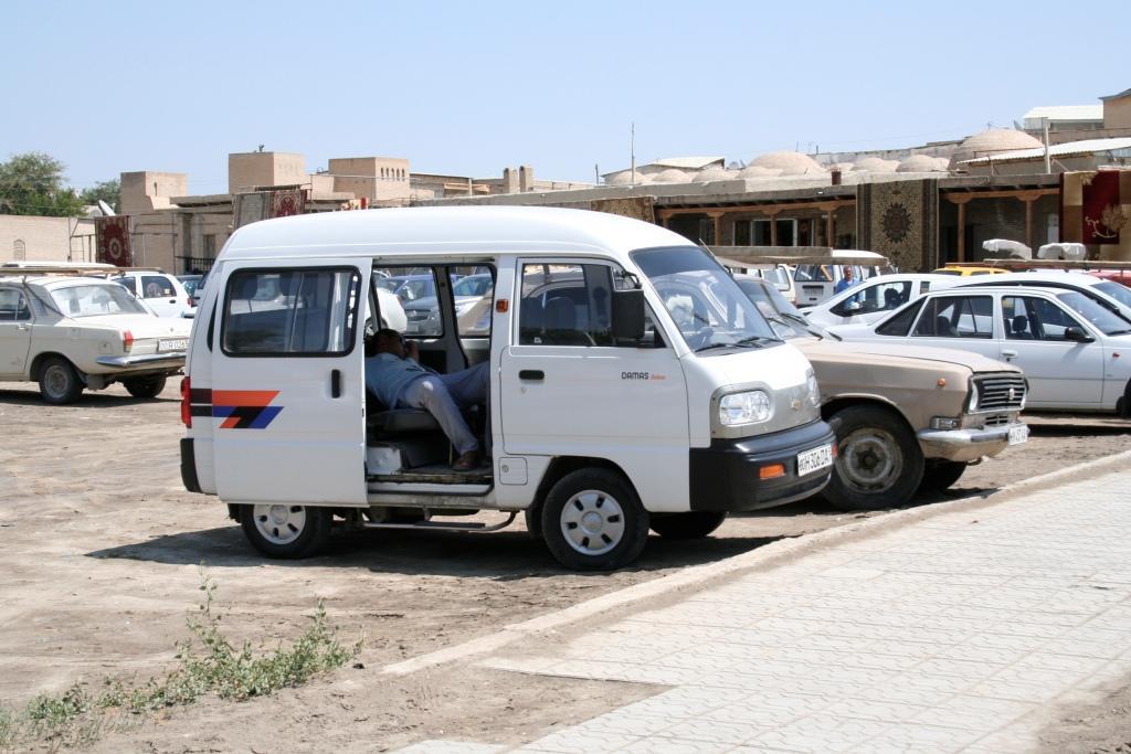 В Узбекистане большинство авто белого цвета