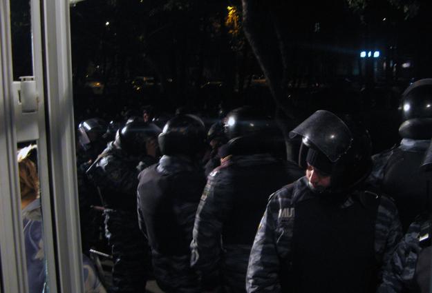 223-й округ: милиция установила кордон перед входом в ОИК